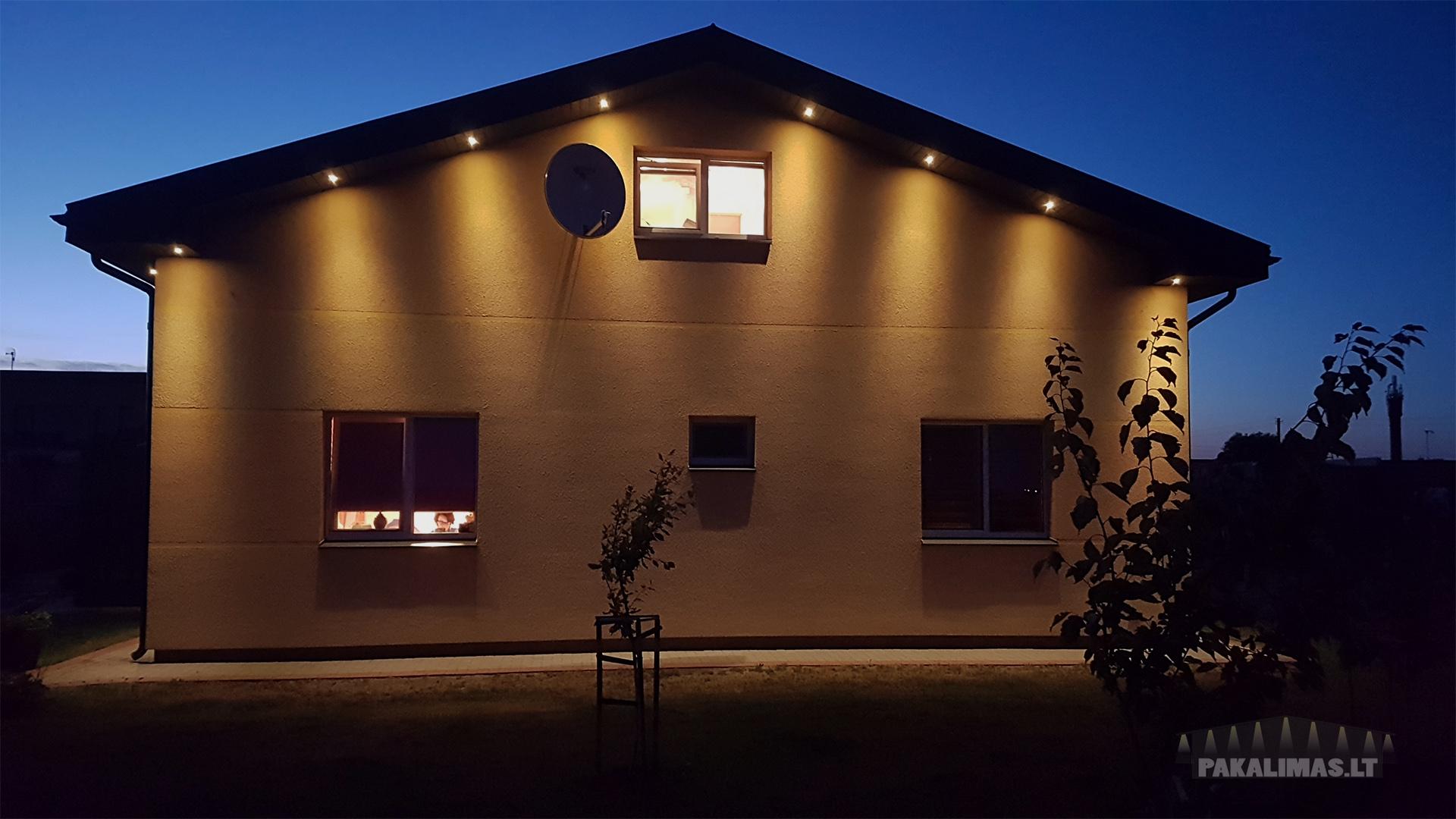 Didesni tarpai tarp LED šviestuvų pakalimuose